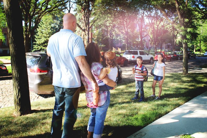 family_waving_carpool_gokid